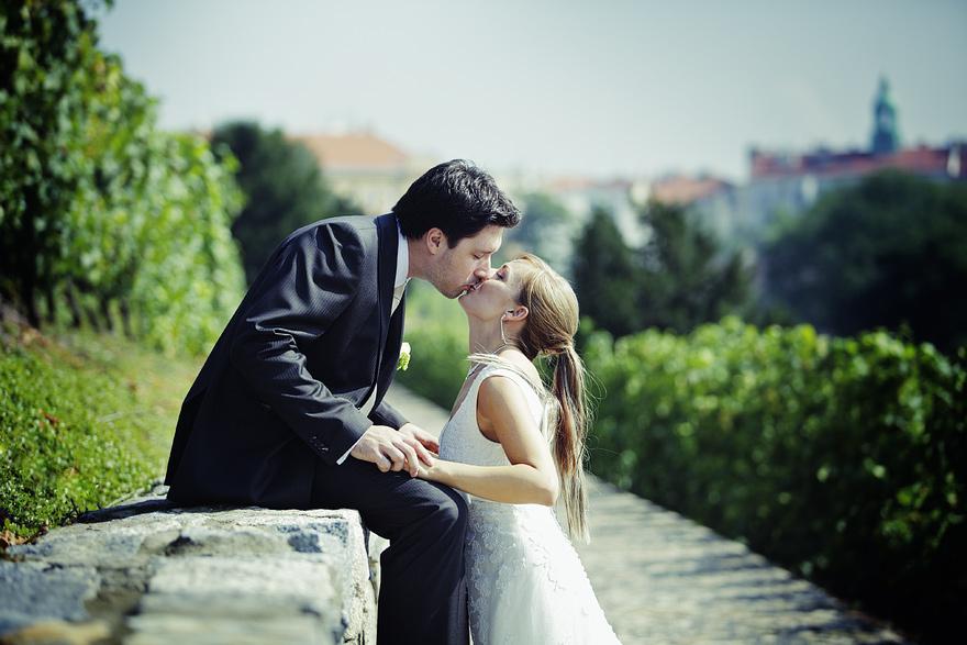 zamilovaný pár v pražských vinohradech