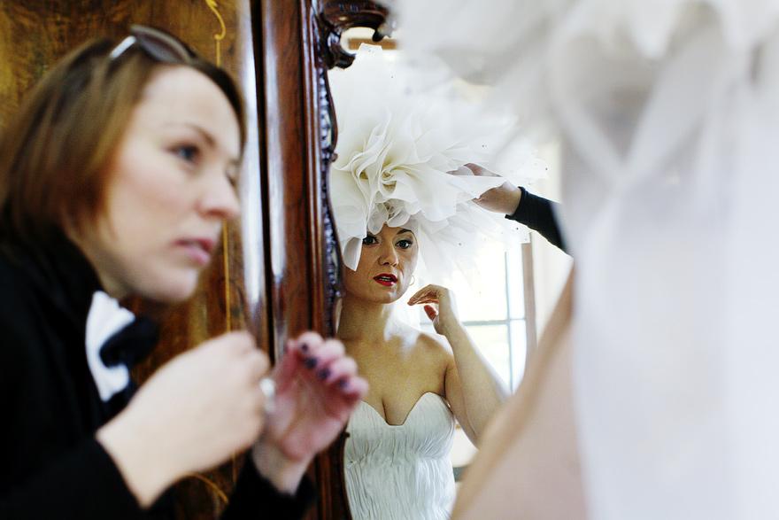 příprava nevěsty do svatebních šatů roku
