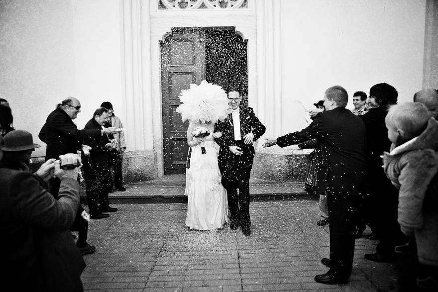 novomanželé před kostelem v Čáslavi