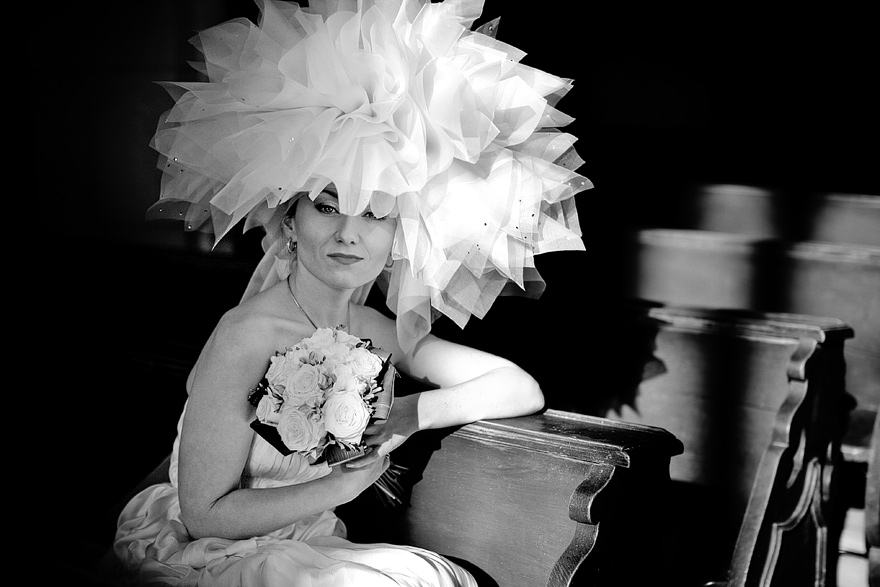 nevěsta v extravagantních šatech od Kateřiny Dupalové