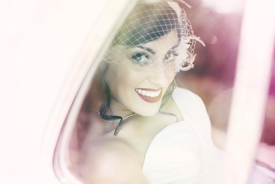 nádhrná nevěsta ve svatebním autě