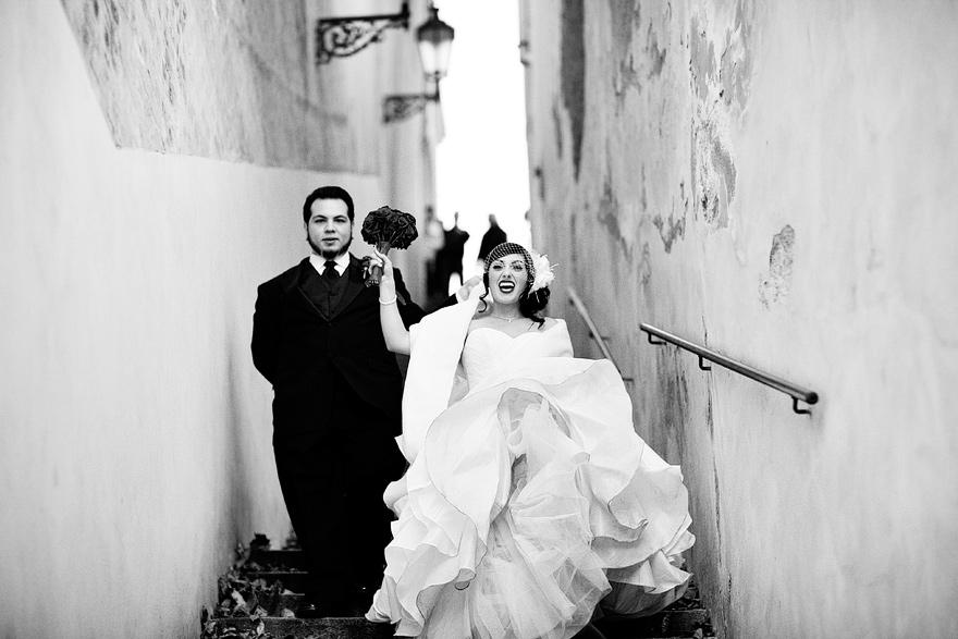 nevěsta a ženich v pražských uličkách