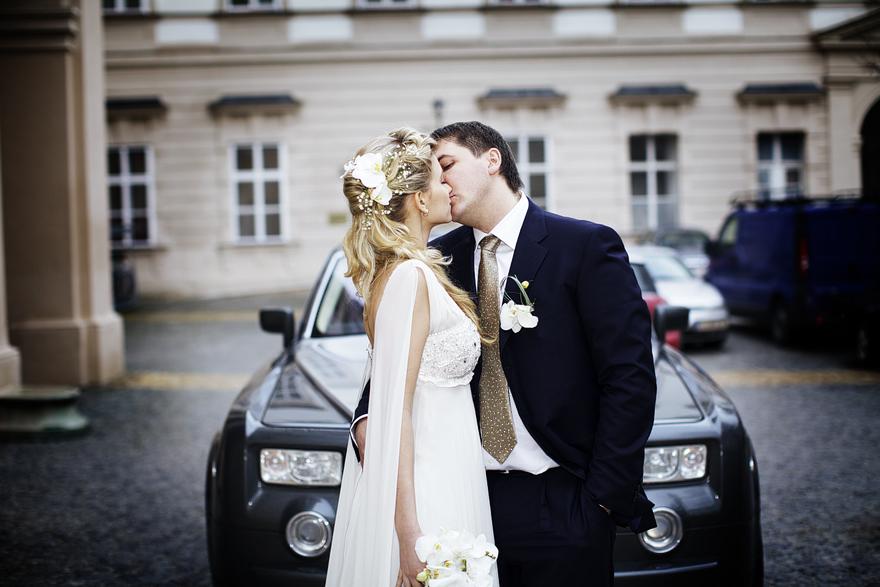 novomanželé v zimním Salzburgu