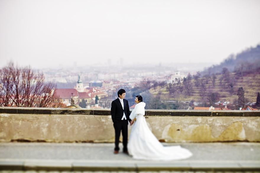 předsvatební fotografie s výhledem na Prahu