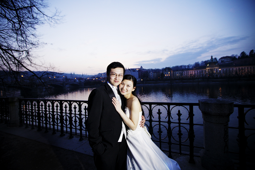 svatební fotografie s výhledem na Prahu