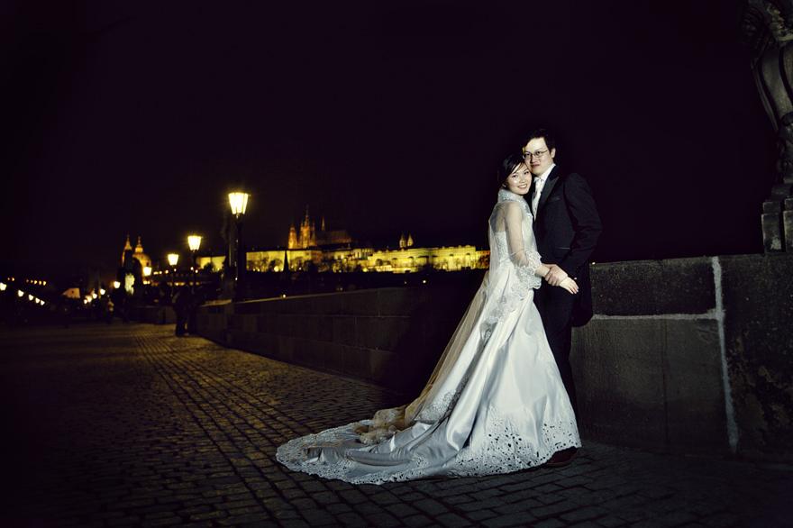 večerní předsvatební fotografie na Karlově mostě
