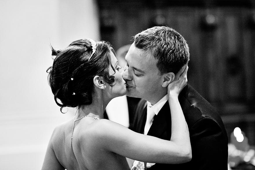 novomanželský polibek v kostele sv. Mikuláše