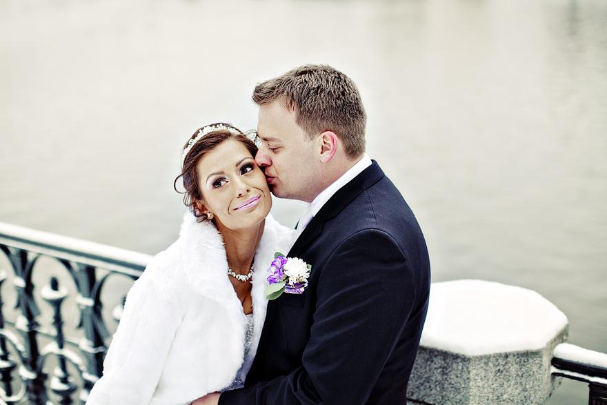 svatební fotografie nevěsty a ženicha v zimní Praze