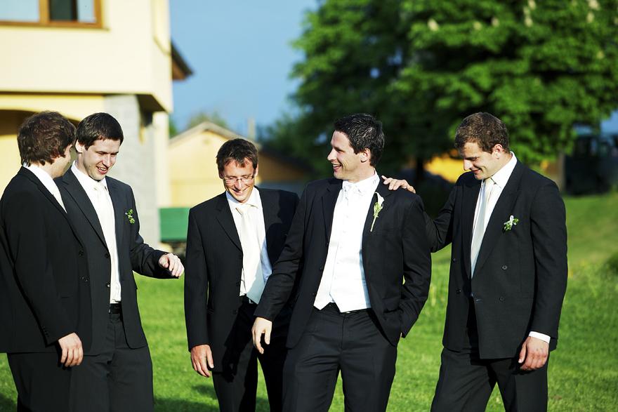 ženich a svědkové před svatbou