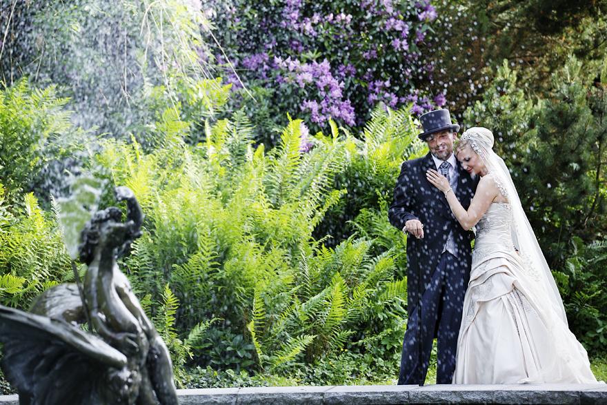 novomanželé u fontány na zámku Lnáře