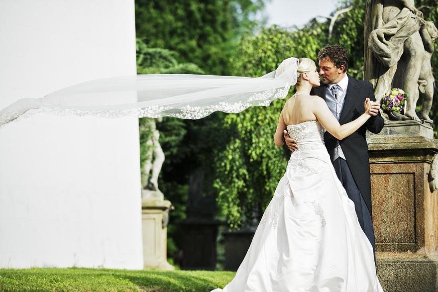 nevěsta a ženich v zámecké zahradě