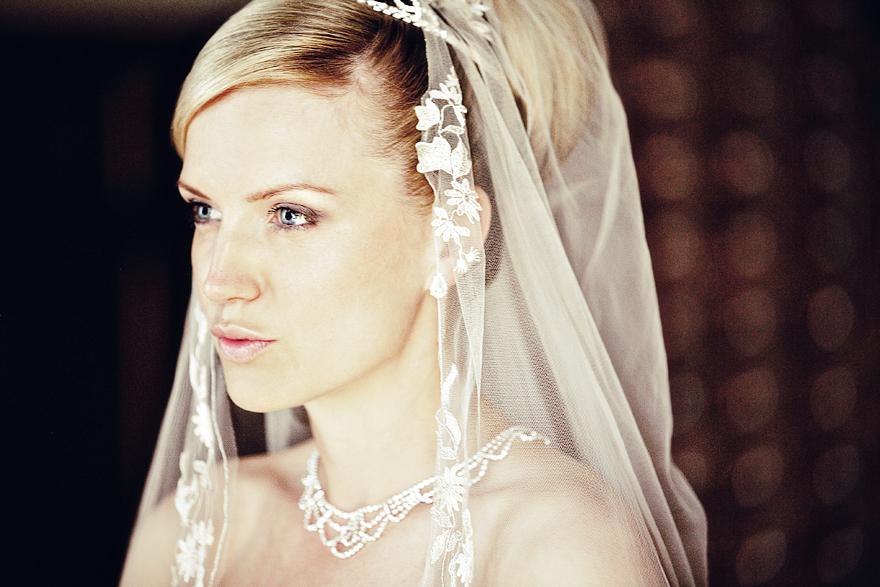nádherná nevěsta před svatbou na zámku Lnáře