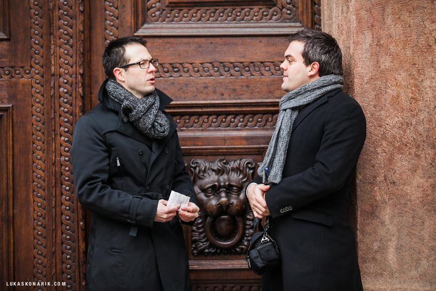 svědkové před Staroměstskou radnicí