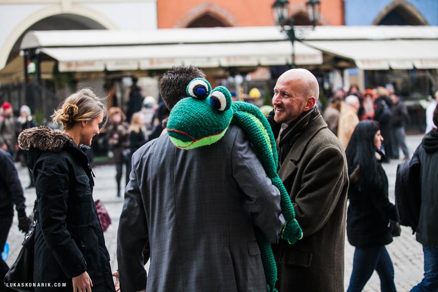 momenty před svatbou v Praze, šála krokodýl