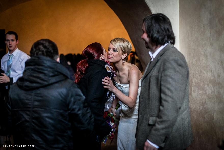 nevěsta před svatebním obřadem v Praze