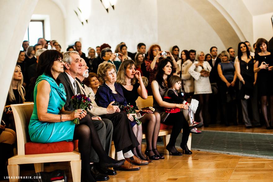 svatební hosté na Staroměstské radnici v Praze
