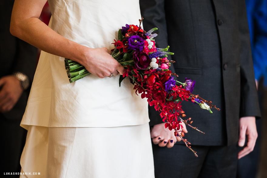 detail ze svatebního obřadu na Staroměstské radnici v Praze