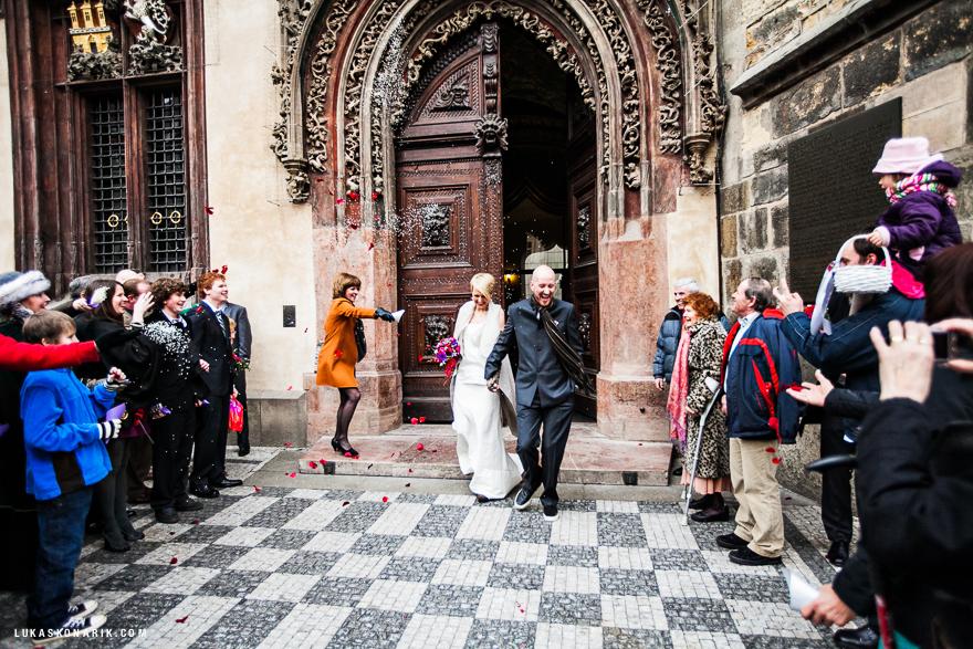 novomanželé před Staroměstskou radnicí