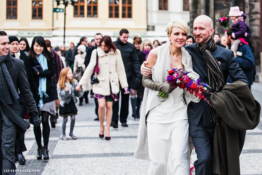 novomanželé po svatebním obřadu