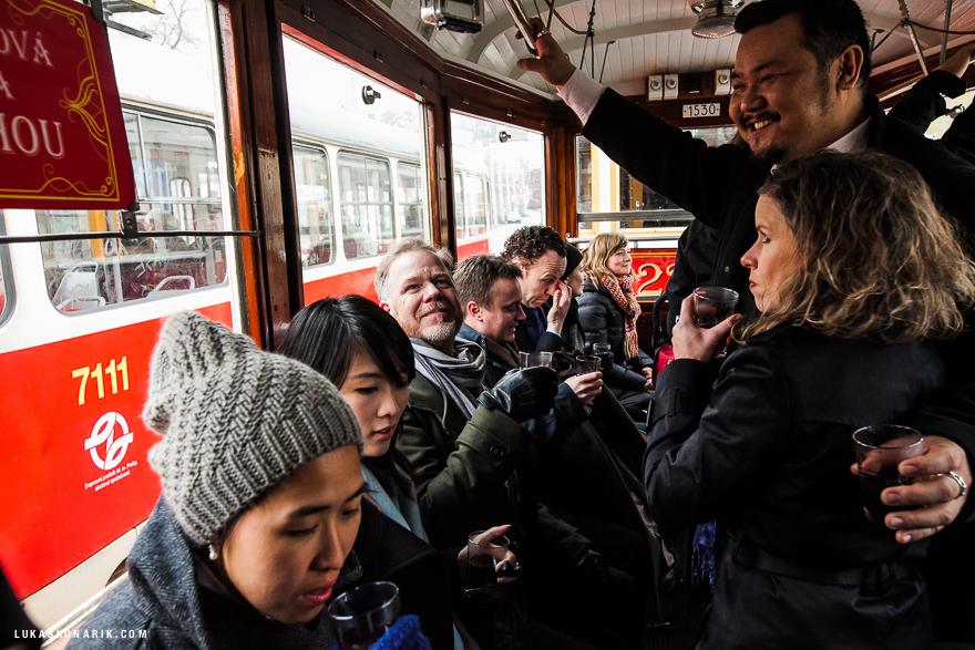 svatebčané v historické tramvaji