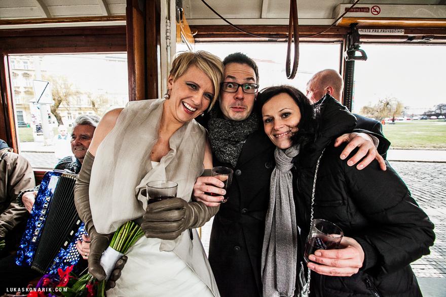 svatební fotografie v historické tramvaji