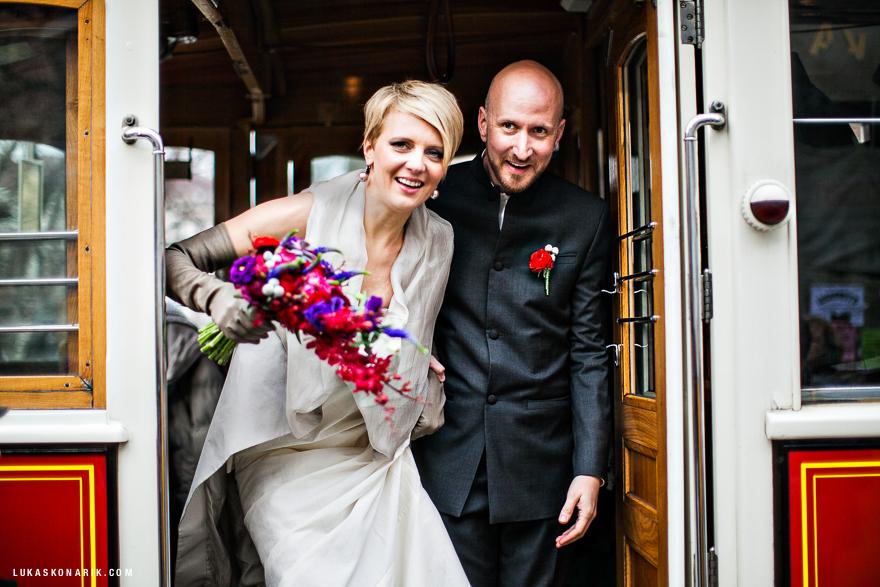 nevěsta a ženich v historické tramvaji