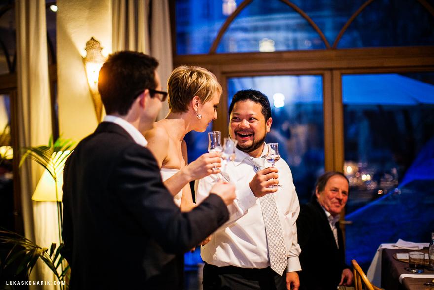 nevěsta a svědkové v Cafe Sahara