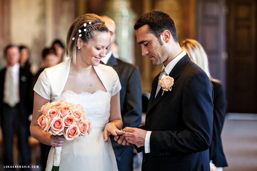 novomanželé při obřadu