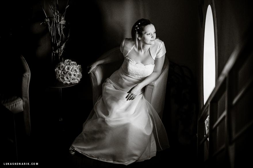 svatební fotografie nevěsty na lodi