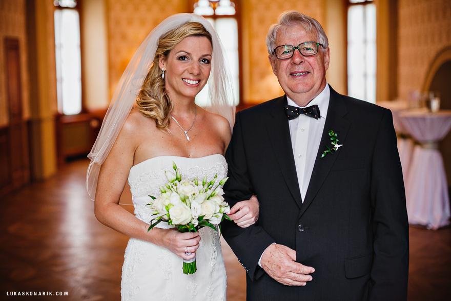 nevěsta s tatínkem před svatbou