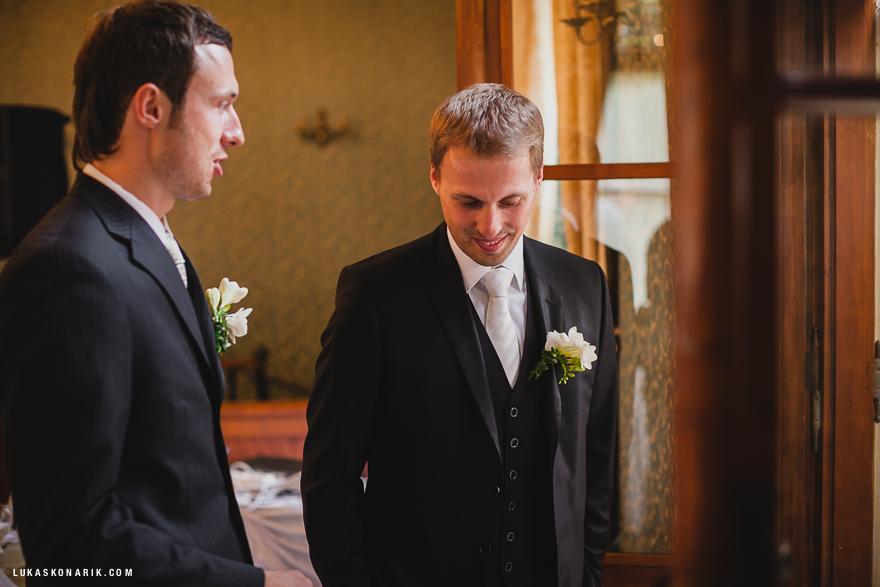 ženich a svěděk před svatbou