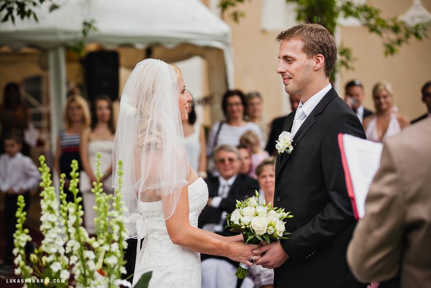 nevěsta a ženich při svatebním obřadu