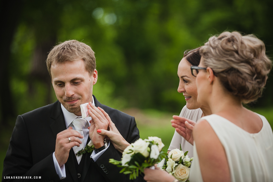 svatební fotografie ženicha a družiček