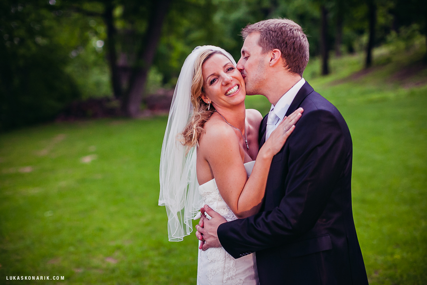 nevěsta a ženich na zahradě s St. Havel