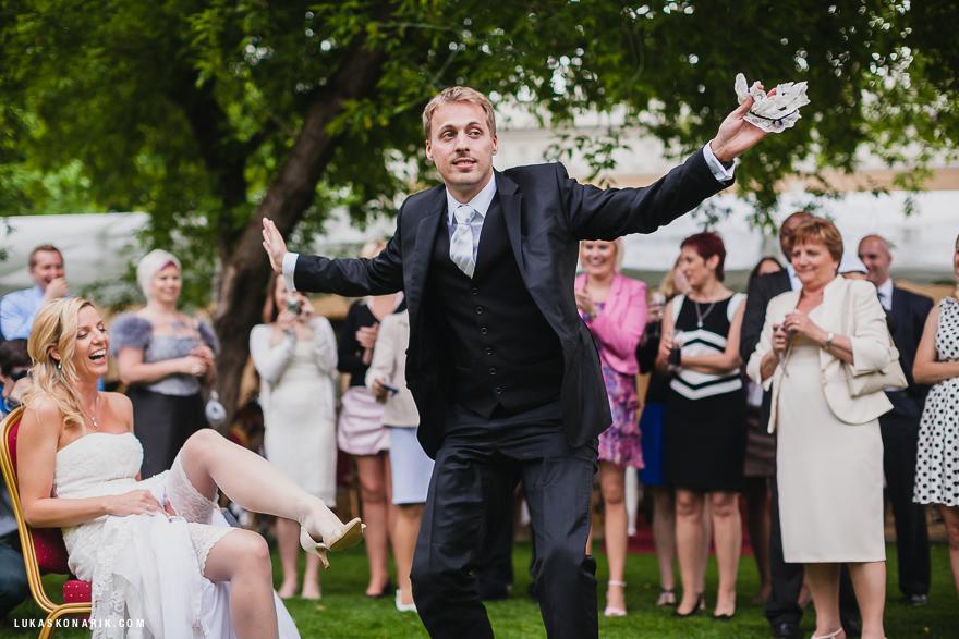 svlékání podvazku nevěsty