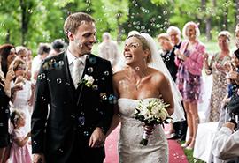 svatební průvod s bublinkami