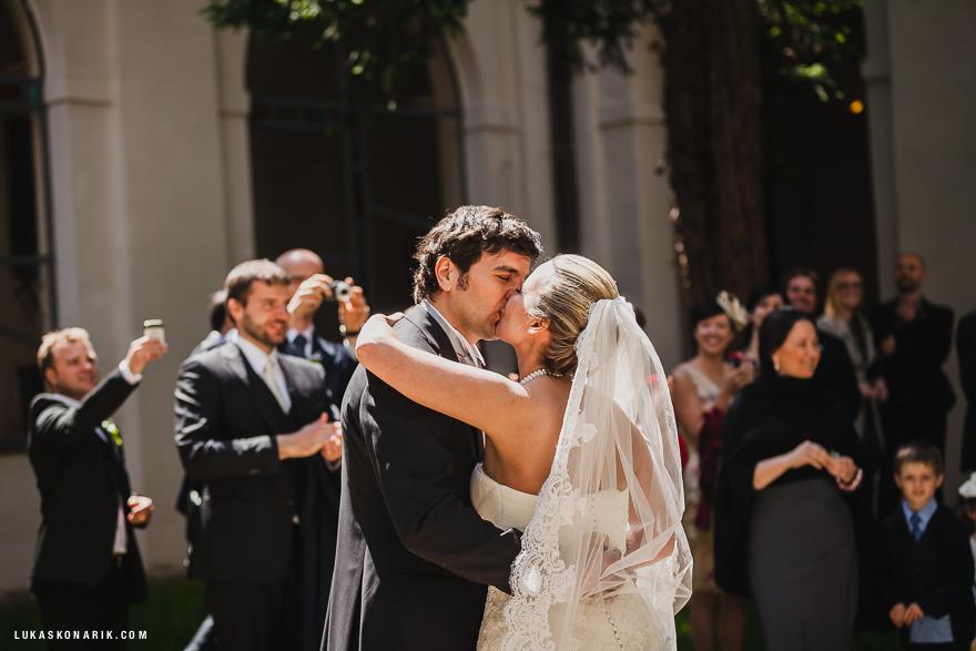 novomanželé před kostelem sv. Tomáše