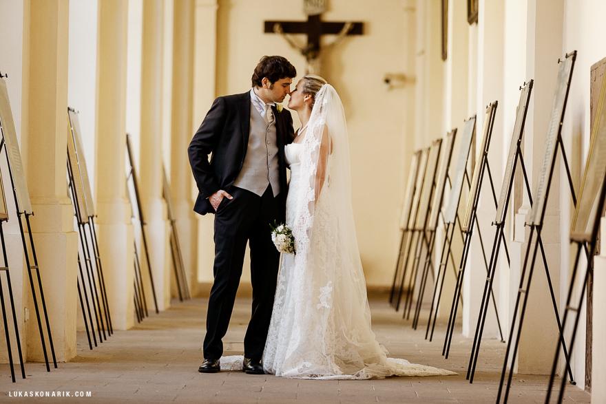 svatbní fotografie v kostele Sv. Tomáše