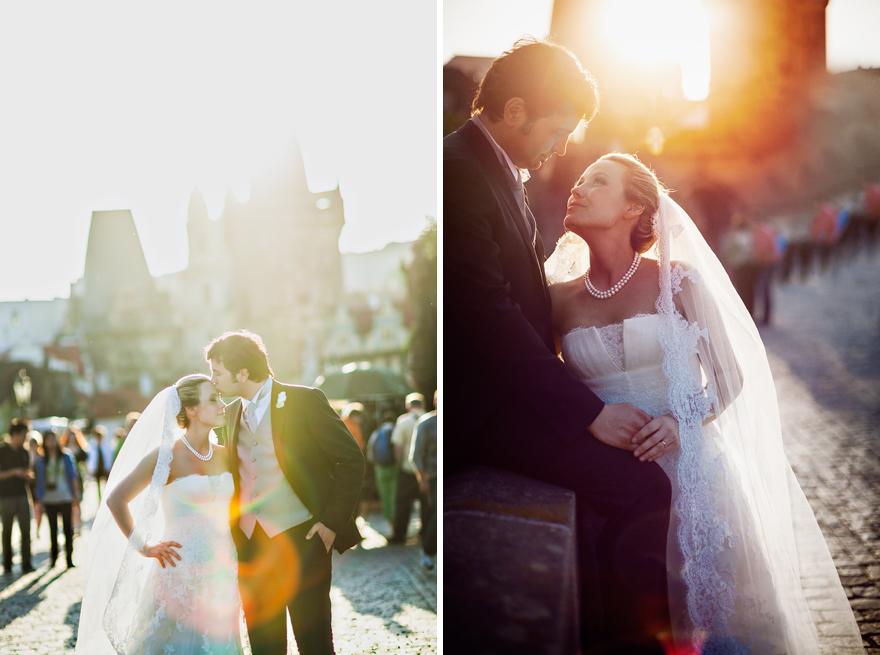 novomanželé na Karlově mostě v Praze