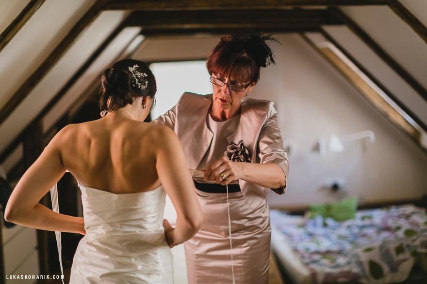 oblékání do svatebních šatů