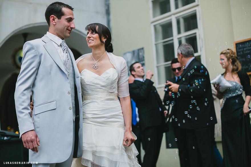 příchod nevěsty a ženicha na svatbu v Praze