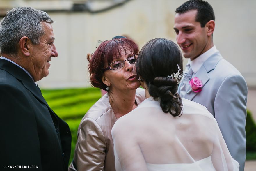 momenty ze svatby ve Vrtbovské zahradě