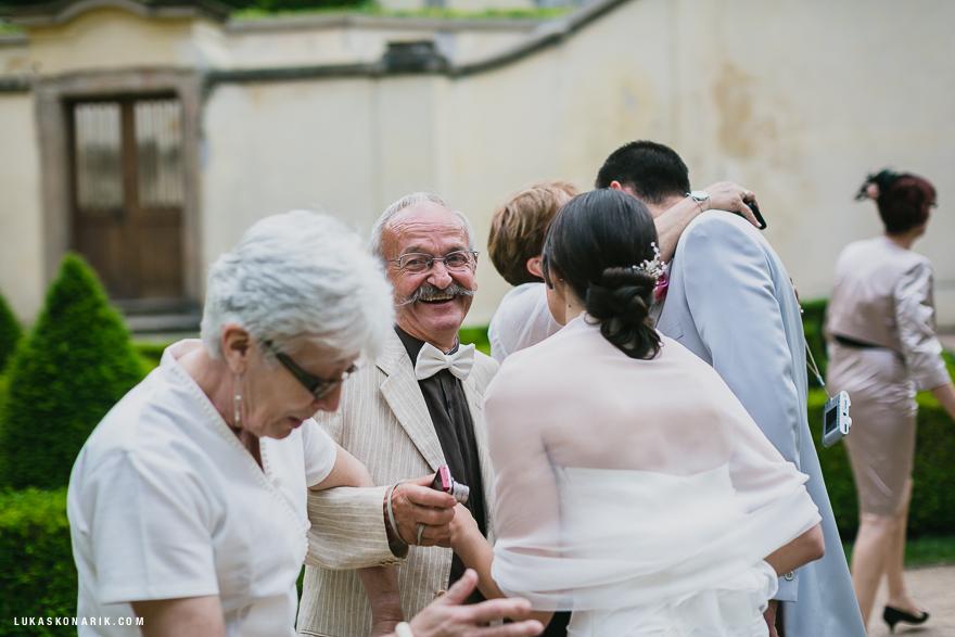 svatební momenty ve Vrtbovské zahradě