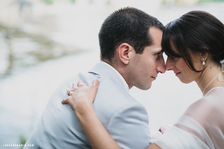 láska a emoce na svatební fotografii