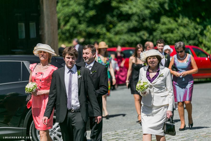 příchod na svatbu na zámku Kozel