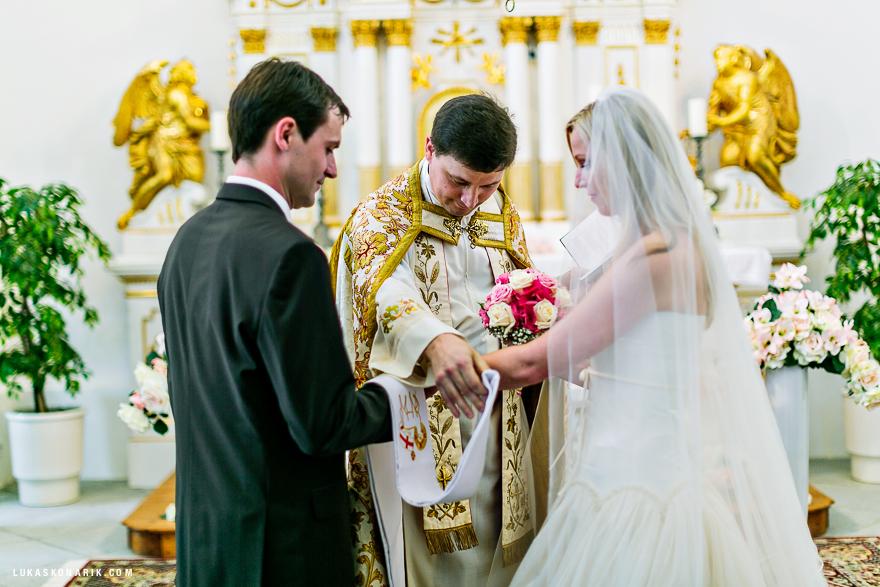 nevěsta a ženich při obřadu