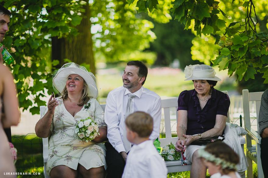 svatební fotografie na zahradě zámku Kozel