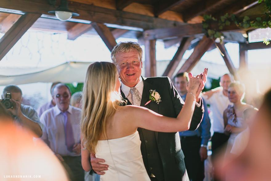 nevěsta při tanci