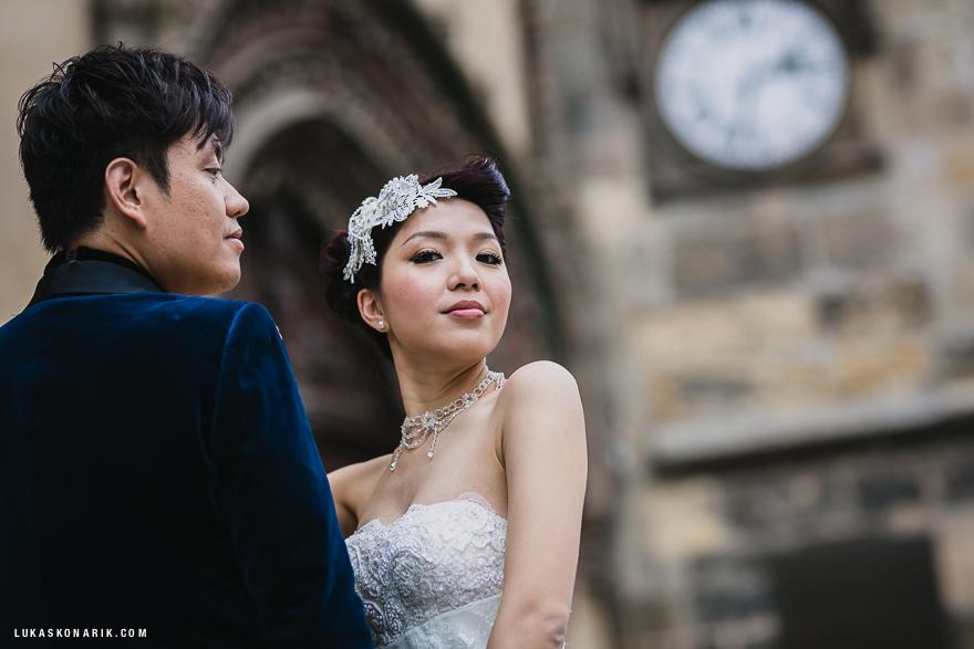 nevěsta a ženich před Orlojem