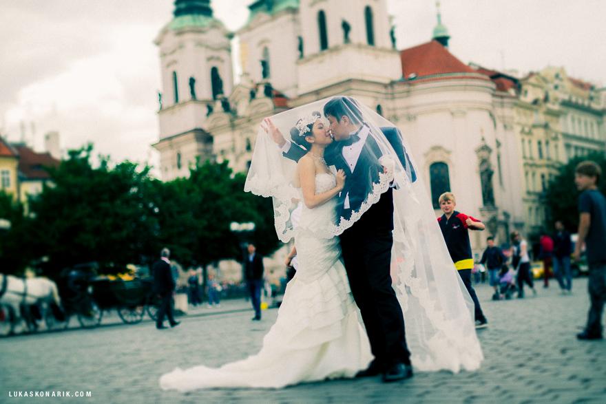novomanželé před kostelem sv. Mikuláše